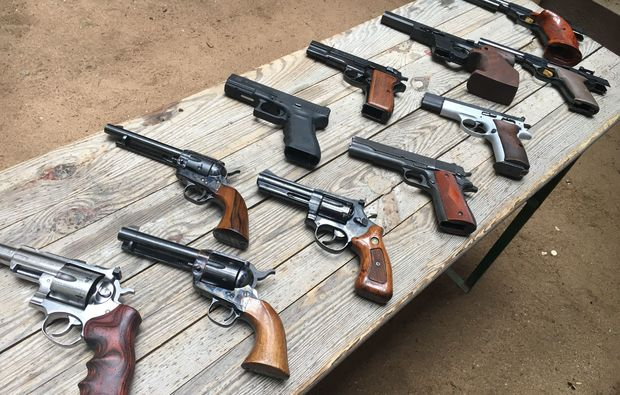schiesstraining-pistolen-karlsruhe-waffentisch