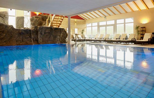 romantikwochenende-lauda-koenigshofen-schwimmbad