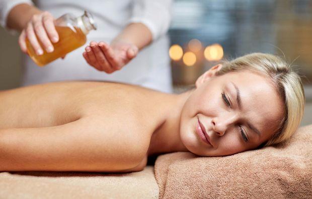 wellnesstag-fuer-zwei-buende-massage