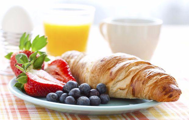 traumtag-fuer-zwei-fruehstueck-oldtimer-croissant