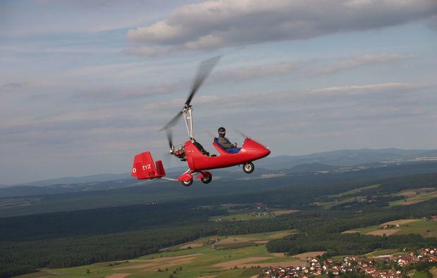 tragschrauber-rundflug-straubing-gyrocopter-rot-mid-air