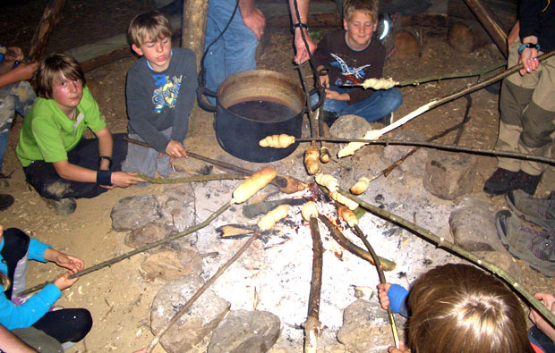lagerfeuer-kinder-outdoor