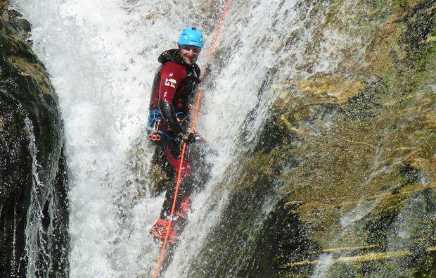 canyoning-tour-reutte-felswand-wasser