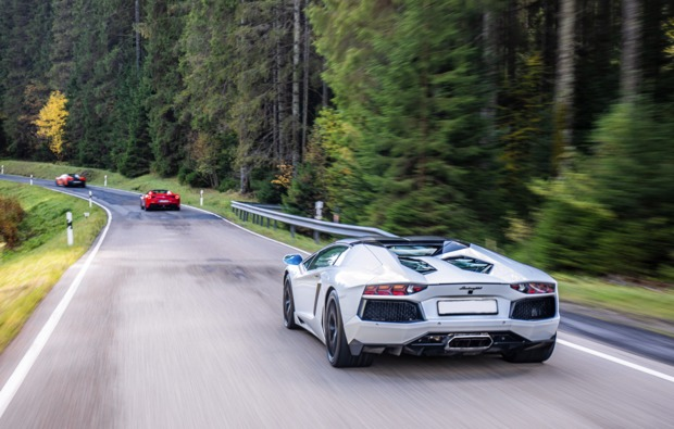 supersportwagen-auf-der-strasse-fahren-muenchen-bg4