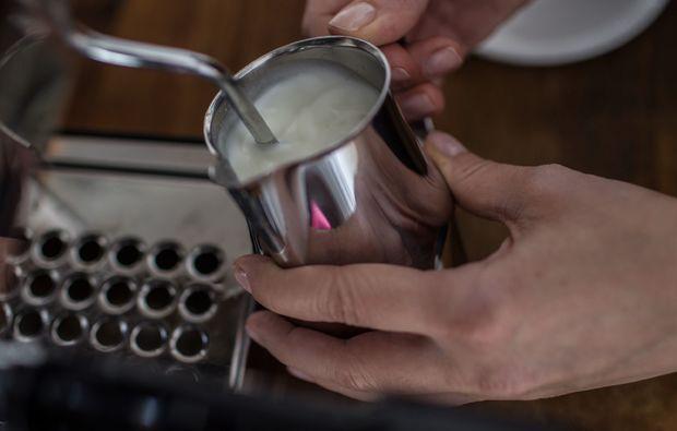 latte-art-seminar-muenchen-milchschaum
