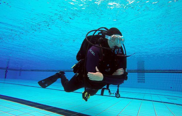 tauchschnupperkurs-zellingen-diver-equipped-with-scuba-gear