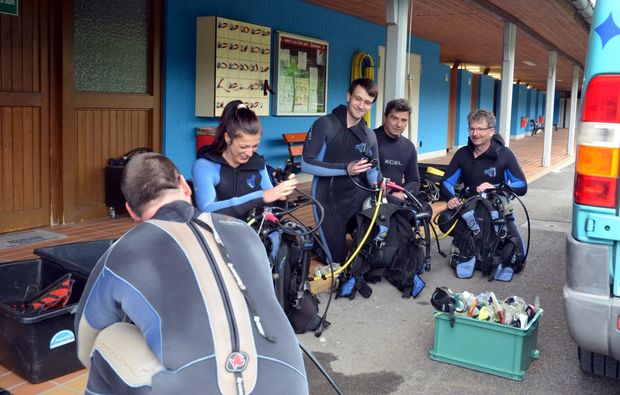 tauchschnupperkurs-zellingen-instructor-and-divers
