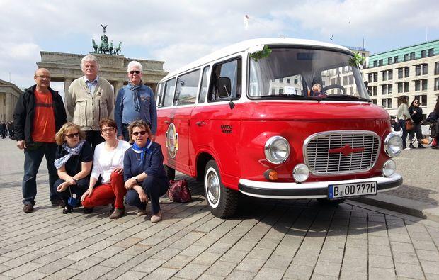 kulinarische-stadtrundfahrt-berlin-bus-vorm-tor