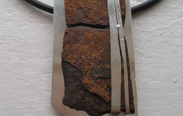goldschmieden-pforzheim-stein-mit-schmuck