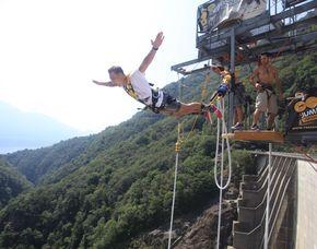 220 Meter Staudamm-Bungee   Gordola Bungee Sprung vom 220 Meter hohen Verzasca Staudamm