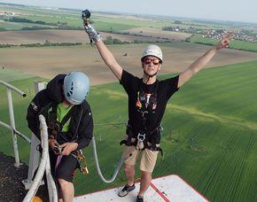 Bungee Jumping - Action Jump von einem 110 Meter hohen Turm - sanftes Abbremsen