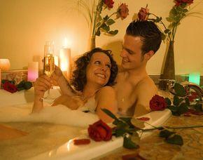 Romance - Wellness für Paare  Detmold Körperpeeling, Rosenblütenbad, Sinnesmassage, Körperpackung