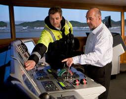 Schiffsimulator - 2 verschiedene Brücken & aktive Fahrtzeit als Rudergänger - ca. 6 Stunden 2 verschiedene Brücken & aktive Fahrtzeit als Rudergänger - ca. 6 Stunden