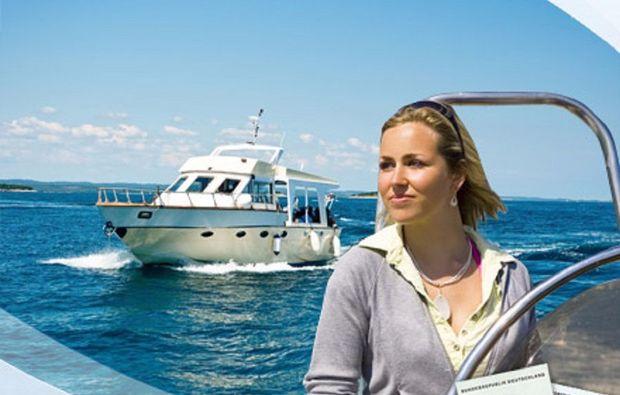 motorboot-fahren-neubrandenburg-frau1481814461