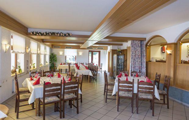 romantikwochenende-aerzen-dinner-baumhaus
