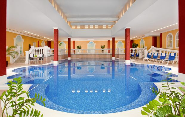 wellness-fuer-maenner-bad-goegging-schwimmbad