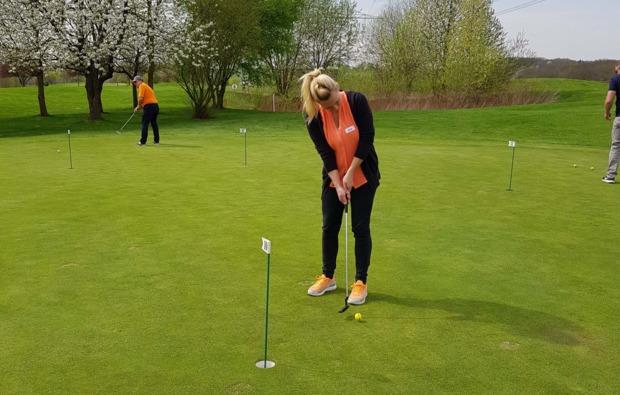golfkurs-zur-platzreife-sinsheim-einlochen