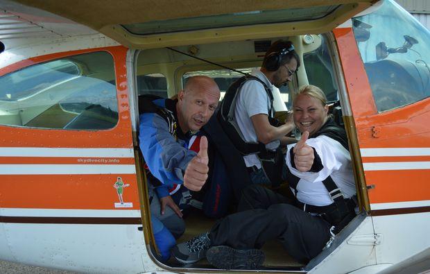 fallschirm-tandemsprung-schoengleina-flugzeug