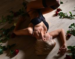 erotik-fotoshooting-koeln-frau-mit-rosen