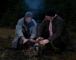 Wildnis-Survival-Wochenende (Real-Survival) fiktives Survival Szenario, Feuermachen, Hindernisbewältigung