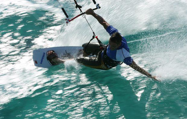 kitesurf-schnupperkurs-schubystrand-damp-surfen
