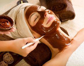 Gesichtsbehandlung Gesichts-Dekolleté- Nackenmassage, Schokoladenmaske