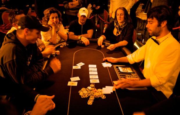 poker-lernen-schnupperkurs-koeln-pokertisch