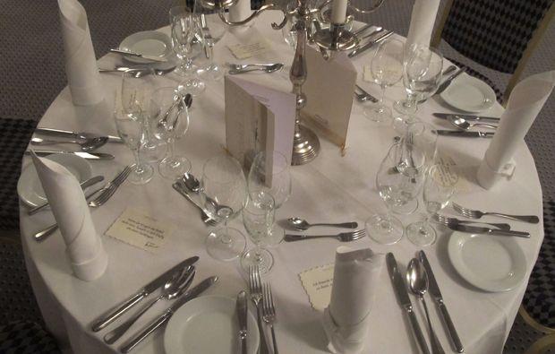 kabarett-dinner-garrel-varrelbusch-gedeckter-tisch