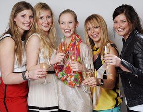 Best Friends Fotoshooting bis zu 6 Personen, 1 Bild als Print, digital & Poster, ca. 1 Stunde
