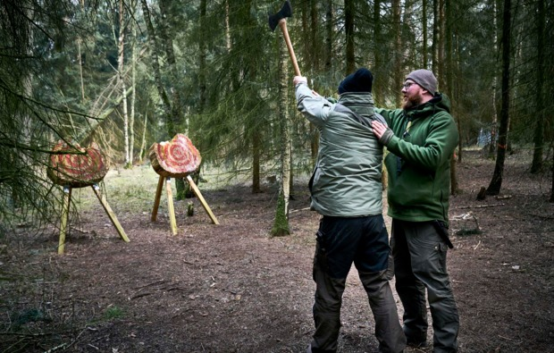 survival-training-hassbergen-axt-werfen