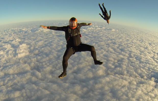 fallschirm-tandemsprung-trieben-wolken