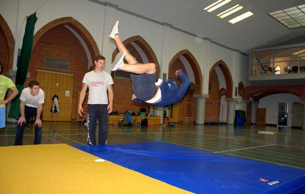 kindheitstraeume-stuntman-fuer-einen-tag-salto