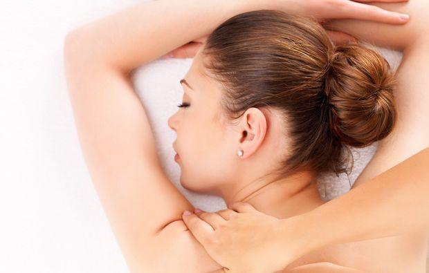 lava-shell-ganzkoerpermassage-eppelheim-rueckenmassage