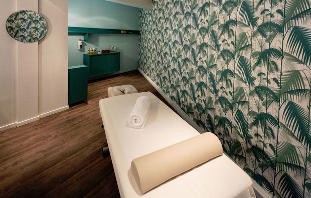 hot-stone-massage-koeln-massageliege