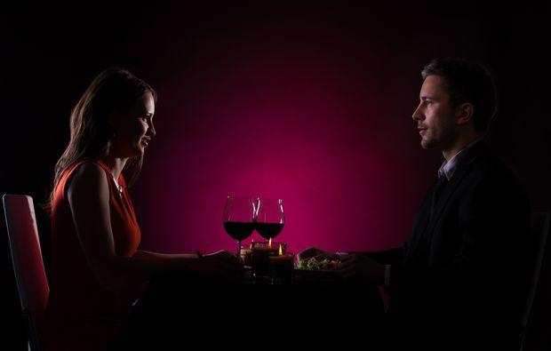 dinner-in-the-dark-freiburg-paar