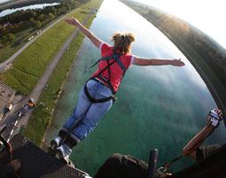 Bungee Jumping über Wasser von einem 50 Meter hohen Kran an der Olympia Regattastrecke