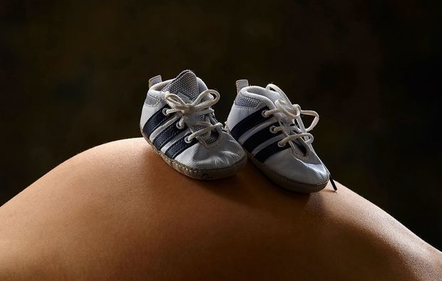 babybauch-fotoshooting-marbach-schuhe