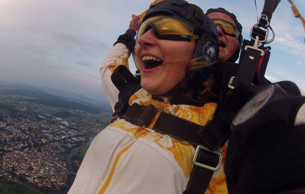 fallschirm-tandemsprung-arnbruck-mid-air-selfie-abenteuer