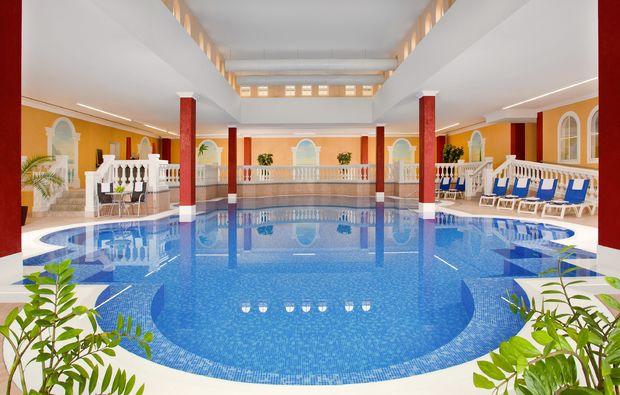 wellness-fuer-frauen-bad-goegging-schwimmbad
