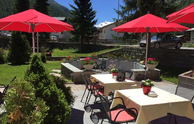 romantikwochenende-saas-almagell-terrasse