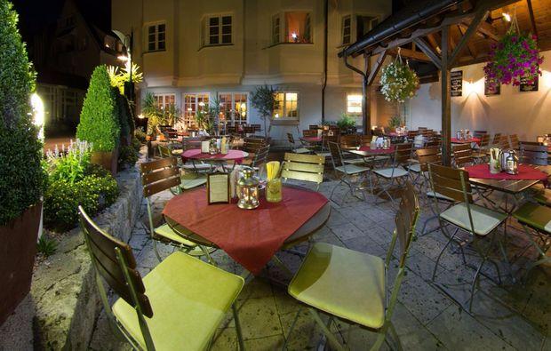 romantikwochenende-ehingen-terrasse-abend