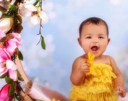 kinder-fotoshooting-niederwinkling-baby-mit-blumen