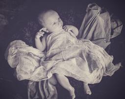 kinder-fotoshooting-niederwinkling-baby-mit-tuch