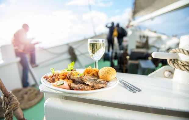 segeln-dinner-kiel-diner-an-bord