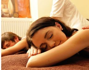 Romance Wellness für Paare Seifenschaummassage, Aromaölmassage, 3-Gänge Candle-light-Dinner