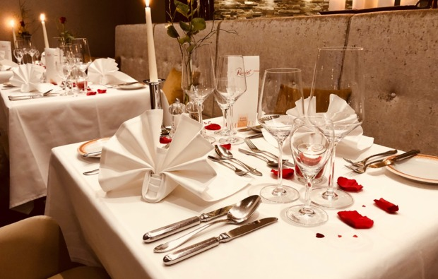 candle-light-dinner-fuer-zwei-nuernberg-gedeckter-tisch