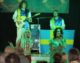 ABBA–Dinnershow - 4-Gänge-Menü - Das Gastliche Dorf Das Gastliche Dorf - 4-Gänge-Menü, inkl. Begrüßungssekt