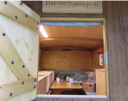 Außergewöhnlich Übernachten in einem Bienenwagen
