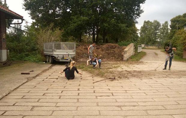 tiere-pflegen-xanten-hof-reinigen