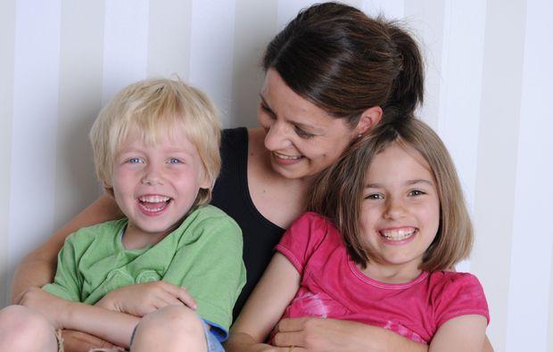 familien-fotoshooting-erlangen-geschwister-mit-mama
